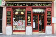 MADRID SPANIEN - SEPTEMBER 19, 2014: Farmacia Antonio Saiz Garcia - prototyp av det berömda apoteket av Farmacia de guardia Arkivfoton