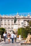 MADRID SPANIEN - SEPTEMBER 26, 2017: Hästskulptur av droppen för konung Philip i plazaen de Oriente som lokaliseras mellan Royal  royaltyfria bilder