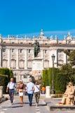 MADRID, SPANIEN - 26. SEPTEMBER 2017: Pferdeskulptur von König Philip IV in der Piazza de Oriente gelegen zwischen Royal Palace u lizenzfreie stockbilder
