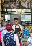 2017 05 31 Madrid, Spanien ung grabb en glasssäljare Folk av Madrid arkivfoton