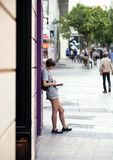 2017 01 06, Madrid, Spanje Een jong boek van de vrouwenlezing op de straat Mensen van Madrid stock afbeeldingen