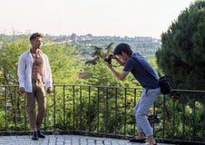 2017 05 31, Madrid, Spanje Het jonge sportieve mens stellen voor camera op panorama van Madrid royalty-vrije stock afbeeldingen