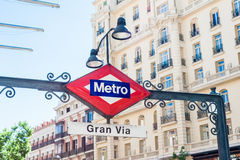 MADRID SPANJE - 23 JUNI, 2015: Gran via Metro post Stock Foto's