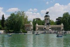 Madrid, Spanje - mag 13de 2018: Mensen die boten op Parque del Buen Retiro meer nemen stock foto's
