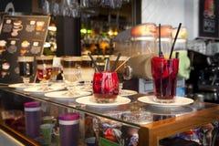 MADRID, SPANJE - 28 MEI, 2014 Cocktails en verfrissende alcoholische s-dranken in de markt van Mercado San Miguel, beroemde voeds Stock Afbeelding