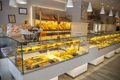 MADRID, SPANJE - MEI 28, 2014: Lokale koffiewinkel en verscheidenheid van gebakken producten Royalty-vrije Stock Foto