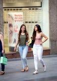 2017 01 06, Madrid, Spanje Mooie jonge vrouwen die op de straat lopen Mensen van Madrid royalty-vrije stock fotografie