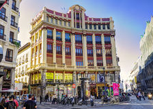 MADRID, SPANJE - Nov. 8, 2015: Mening Gran via - één van de hoofdstraten op 8 November, 2015 in Madrid, Spanje stock afbeelding