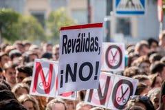Madrid, Spanje - Oktober 26, 2016 - Protesttekens tegen onderwijspolitiek bij studentenprotest in Madrid, Spanje Stock Foto's