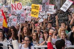 Madrid, Spanje - Oktober 26, 2016 - Studenten die bij protest tegen onderwijspolitiek marcheren in Madrid, Spanje Stock Fotografie