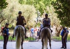 2017 06 01, Madrid, Spanje Politieagenten met paard in het park Cityscape van Madrid stock fotografie