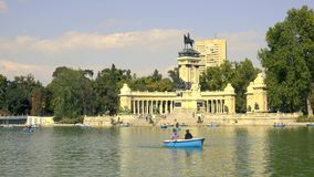 MADRID, SPANJE - SEPTEMBER 30, 2018 Vijver in Parque del Buen Retiro of Retiro-Park stock footage