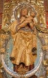 Madrid - statua di Madonna con il bambino dall'altare laterale della cattedrale di Almudena Immagini Stock Libere da Diritti