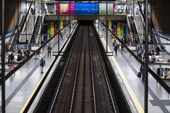 Madrid-U-Bahnstations-Zug mit Farben lizenzfreies stockfoto