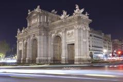 Madrid vid natt alcala de port historisk lokaliserad madrid puerta spain spain Arkivbilder