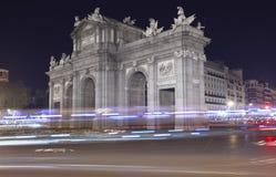 Madrid vid natt alcala de port historisk lokaliserad madrid puerta spain spain Royaltyfri Bild