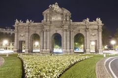 Madrid vid natt alcala de port historisk lokaliserad madrid puerta spain spain Royaltyfria Bilder