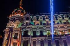 Madrid am Weihnachten Nachtansicht des Metropolengebäudes MAs stockfotografie