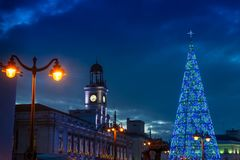 Madrid am Weihnachten Rathaus und die berühmten Puerta del Sol -Clo lizenzfreie stockfotografie