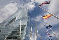 Madrid - Wolkenkrabber Torre Espacio en vlaggen Stock Foto