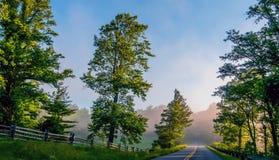 Madrugada azul de la ruta verde del canto Fotos de archivo