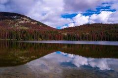 Madrugada canadiense del paisaje en el lago pyramid en Jasper National Park, Alberta, Canadá La reflexión del rojo imagen de archivo libre de regalías