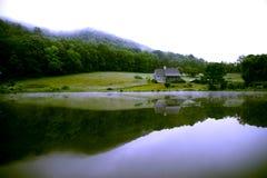 Madrugada de la casa de la montaña Foto de archivo libre de regalías