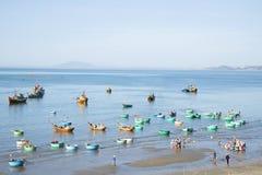 Madrugada en el puerto pesquero de Mui Ne Vietnam Foto de archivo libre de regalías
