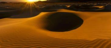 Madrugada en las dunas de arena de los planos del Mesquite Foto de archivo