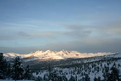 Madrugada en las montañas Imagenes de archivo