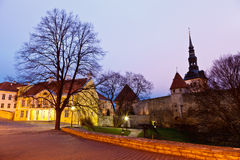 Madrugada en las paredes de la ciudad en Tallinn Foto de archivo libre de regalías