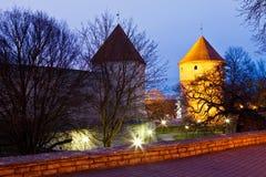 Madrugada en las torres de la ciudad vieja en Tallinn Fotos de archivo libres de regalías