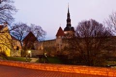 Madrugada en las torres de Tallinn vieja Imágenes de archivo libres de regalías