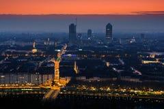 Madrugada, paisaje urbano y streelights, Lyon, Francia Imagen de archivo