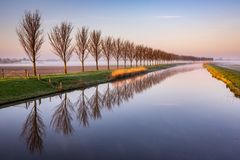 Madrugada por un canal holandés Foto de archivo