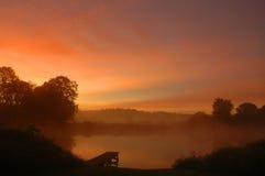 Madrugada por un lago Foto de archivo libre de regalías