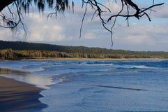 Madrugada que pasa por alto una playa de la resaca Imágenes de archivo libres de regalías