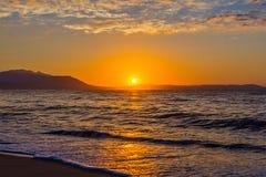 Madrugada, salida del sol dramática sobre el mar y montaña Fotografiado en Asprovalta, Grecia fotos de archivo libres de regalías