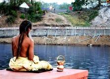 Madrugada un sadhu que reflexiona sobre el banco del río del kshipra en el gran mela del kumbh, Ujjain, la India Imágenes de archivo libres de regalías