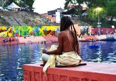 Madrugada un sadhu que reflexiona sobre el banco del río del kshipra en el gran mela del kumbh, Ujjain, la India Foto de archivo libre de regalías