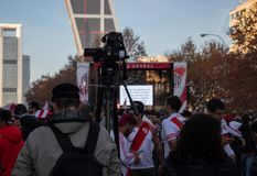 MADRYT, GRUDZIEŃ 09 - kamerzystów rejestrów River Plate fan przed Kio górują, w finale Copa Libertadores przy zdjęcia royalty free