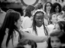 Madryt Hiszpania, Czerwiec, - 07: Niezidentyfikowana dziewczyna w katolickim prosession na Czerwu 07, 2015 w Madryt, Hiszpania Zdjęcie Royalty Free