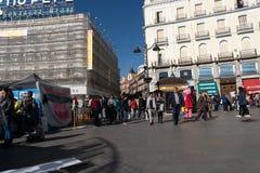 Madryt Hiszpania, Listopad, - 11,2017: Niezidentyfikowani ludzie chodzą wokoło Peurta Del Zol w Madryt, Hiszpania zdjęcia stock
