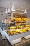 MADRYT HISZPANIA, MAJ, - 28, 2014: Lokalny sklep z kawą i rozmaitość piec produkty Obraz Royalty Free
