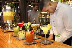 MADRYT, HISZPANIA - MAJA 28, 2014 s i odświeżająca alkoholiczka, koktajle piją w Mercado San Miguel rynku, sławny jedzenie rynek Obrazy Royalty Free