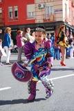 Madryt, Hiszpania, Marzec 2nd 2019: Karnawałowa parada, dziewczyna od Boliwijskiego taniec drużyny tana z typowym kostiumem obraz stock