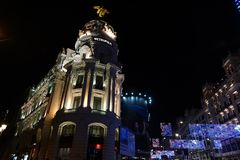 Madryt, Hiszpania; Styczeń 6th 2019: Metropolia budynek lokalizować między Gran Via ulicą i Alcala ulicą iluminującymi przy nocą  obraz stock
