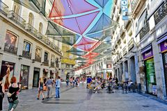 Madryt, Hiszpania/- 07 23 2012: Widok na w centrum bruku z wielkimi kolorowymi słońce ochraniaczami zdjęcia stock