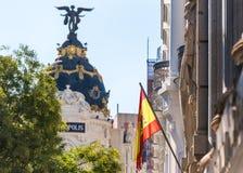 MADRYT HISZPANIA, WRZESIEŃ, - 26, 2017: Widok Hiszpańska flaga na tle metropolia budynek Fotografia Stock