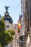 MADRYT HISZPANIA, WRZESIEŃ, - 26, 2017: Widok Hiszpańska flaga na tle metropolia budynek pionowo Fotografia Stock